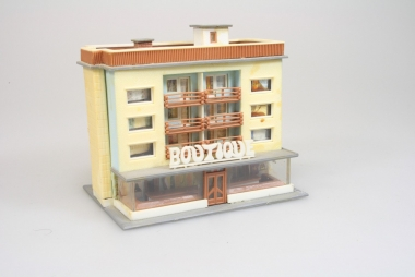 Faller 2291 Mehrfamilienhaus mit Boutique in N -gebaut-